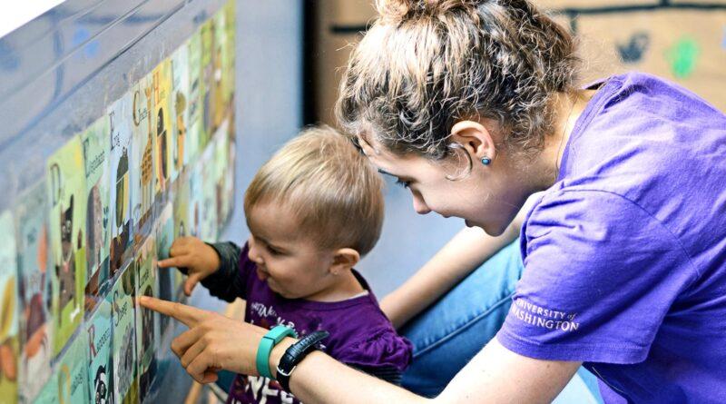 Bebekler eğitim almadan, hatta öğrenmeleri için özel bir çaba sarf edilmeden nasıl konuşmayı öğreniyorlar? Dil öğrenmek kolay bir iş mi? Zorluğu yaşımıza göre değişiyor mu? Onlarca birimden oluşturulmuş, yüzlerce kuralı olan ve kombinasyonları sonsuzluğa uzanan bir sistem düşünün. Göreviniz bu sistemi, birinden destek almadan öğrenmek. Bunu başarmak için doğumunuzdan itibaren birkaç yılınız var. Evet, bebeksiniz. Kulağa oldukça zor geliyor fakat neredeyse her bebek bu süreci başarıyla tamamlıyor. Nasıl oluyor da sadece maruz kalarak dil öğreniyorlar? Bu bir yetenekse ne kadar daha sürecek? Yazdıklarımı öğrendiğimde hissettiğim yersiz kıskançlığı ve pişmanlığı size anlatamam. Bebeklerde Dil Öğrenimi Sırayla gidelim, bebekler özel bir efor göstermeden nasıl dil öğreniyorlar? Bebekler dili pasif bir şekilde öğrenme yetisine sahiptir. Bizi dinlerler, dediklerimizi taklit ederler ve öğrenirler. Dinleme kabiliyetleri rahimde gelişmeye başlar, bu sebepten doğmamış bebeklere müzik dinletmenin faydaları vardır ya da hamile birinin yanında tartışılması hoş karşılanmaz. Bebekler doğmadan önce seslere duyarlı hale gelirler. Duyduklarını da taklit etmek isterler. Bu taklitler, yani iletişim kurma çabaları, anlamsız seslerle başlar sonra heceleri anımsatır. ''B'' ve ''A'' sesleri, ''ba'' hecesine, hece de ''baba'' kelimesine dönüşür. Çoğu bebek önce baba der çünkü söylemesi daha kolaydır. İçinizi ferah tutun, bebeklerin zihninde daha az sevmek konsepti yoktur. Bebekler ilk dillerini böyle öğrenir. Yeni sesler, yeni hecelere, yeni heceler de yeni kelimelere… Bebeklerin dil öğrendikten sonra konuşmaya çabuk başlamalarını sağlayan bir özellikleri daha vardır: kibarlık onları kısıtlamaz. Onlar için ''Anneciğim su getirir misin?'' ile ''Anne, su!'' aynıdır çünkü konuşurken tek amaçları dertlerini ya da isteklerini karşı tarafa aktarmaktır. Otobüs yolculuklarında müstehcen fıkra anlatacak özgüveni çocuklara veren şey tam olarak budur. Hata yapmaktan korkmazlar çünkü kasıtlarının anlaşı